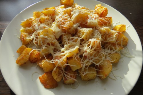 Sajttal megszórt sült krumpli